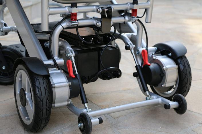 Eloflex är en hopfällbar elrullstol med låg vikt som du enkelt tar med i bilen eller på flyget.