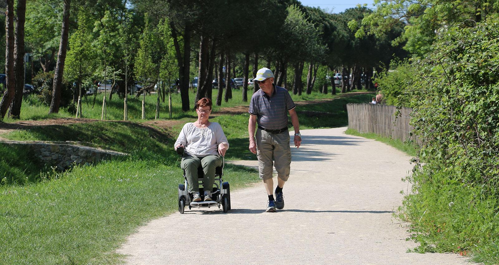 eloflex-hopfällbar-elrullstol-pensionärer-promenad-natur