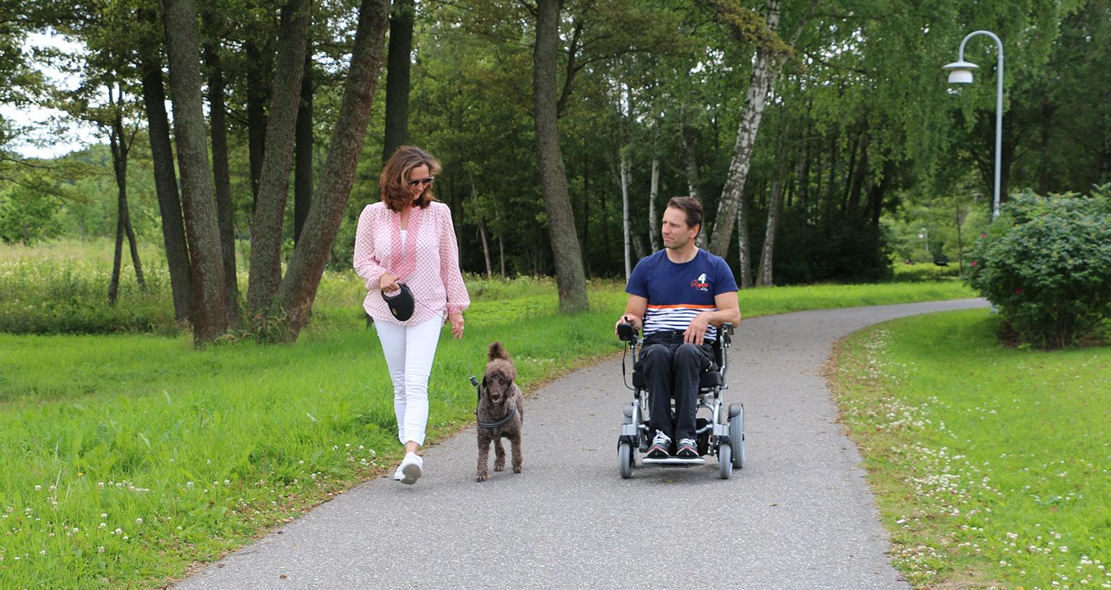 eloflex-hopfällbar-elrullstol-promenad-hund