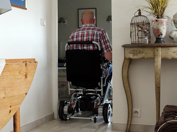 Kompakt, trångt, Eloflex hopfällbar elrullstol, elektrisk rullstol, vikbar, portabel, lätt, låg vikt, egen bil, flyg, resa, kompakt, smidig, smala dörrar