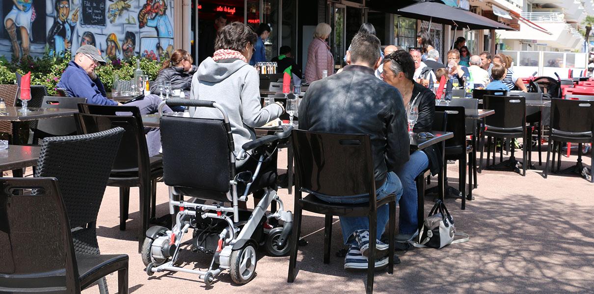 restaurang Eloflex hopfällbar elrullstol, elektrisk rullstol, vikbar, portabel, lätt, låg vikt, egen bil, flyg, resa, kompakt, smidig