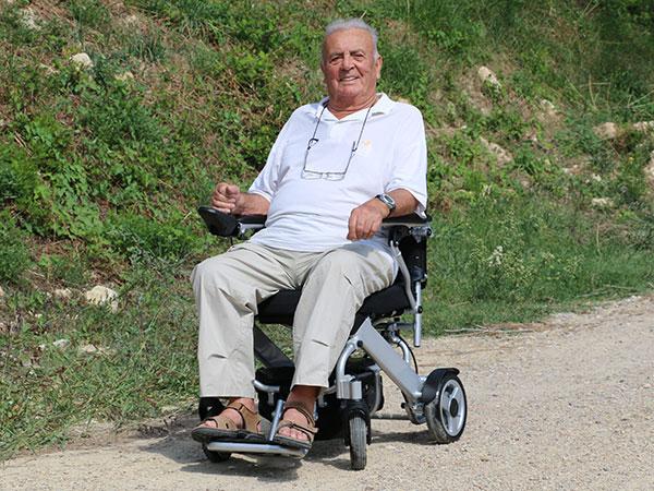 äldre, pensionär Eloflex hopfällbar elrullstol, elektrisk rullstol, vikbar, portabel, lätt, låg vikt, egen bil, flyg, resa, kompakt, smidig