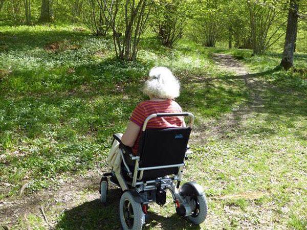 gammal, ålder, Eloflex hopfällbar elrullstol, elektrisk rullstol, vikbar, portabel, lätt, låg vikt, egen bil, flyg, resa, kompakt, smidig